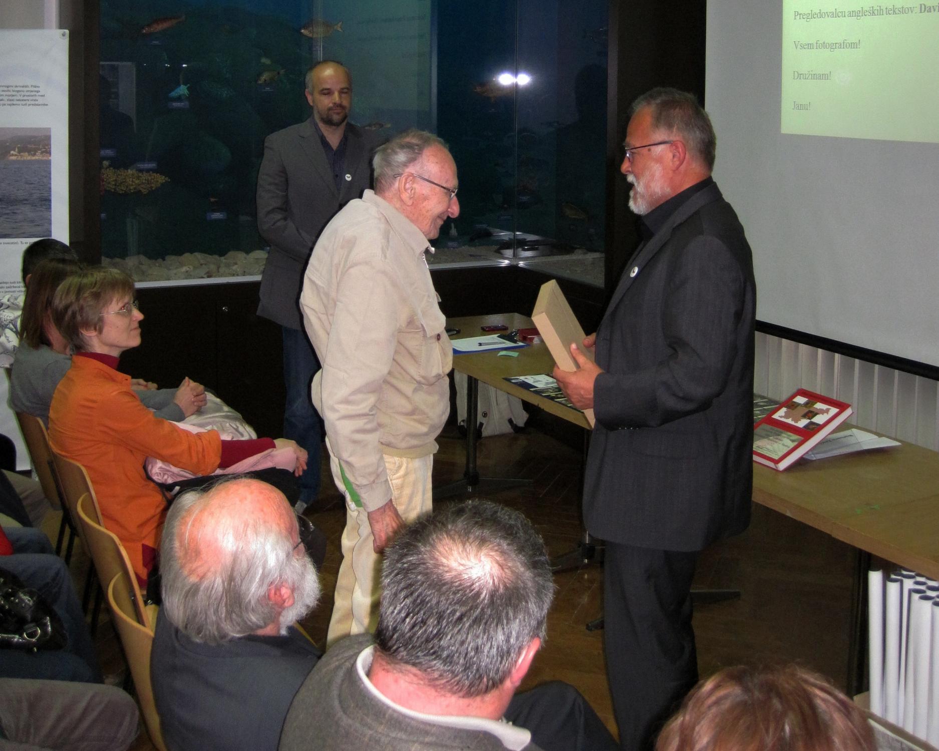 2.Ob svečanem izidu Atlasa dnevnih metuljev Slovenije 3.4.2012, je Jan Carnelutti, vidno ganjen in ponosen na svoje učence, prejel avtorski izvod. Foto: Slavko Polak
