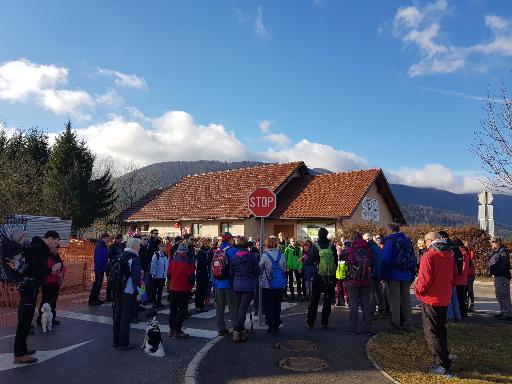 Zbrali smo se na koncu vasi Dolenje Jezero, ob nastajajočem Centru za obiskovalce