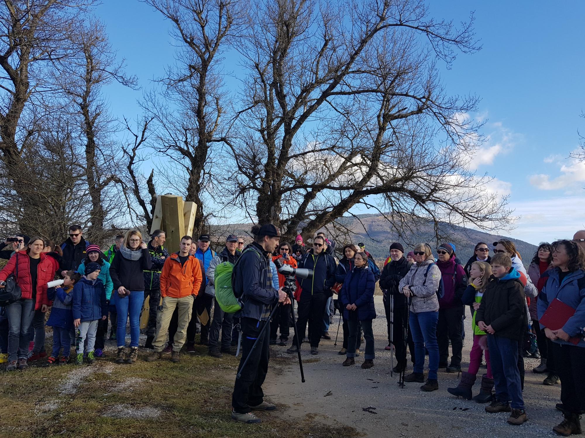Udeleženci potepa na točki, ki predstavlja dve gori, ki se vzpenjata nad jezerom - Slivnico in Javornike