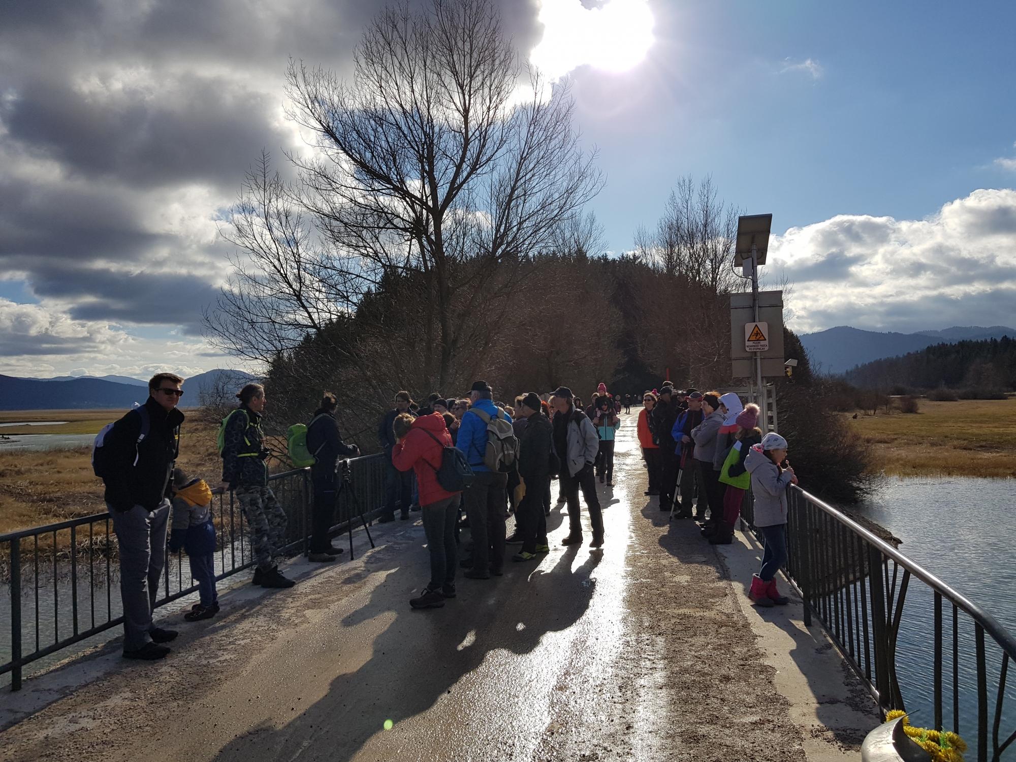 Številni udeleženci potepa po Cerkniškem jezeru