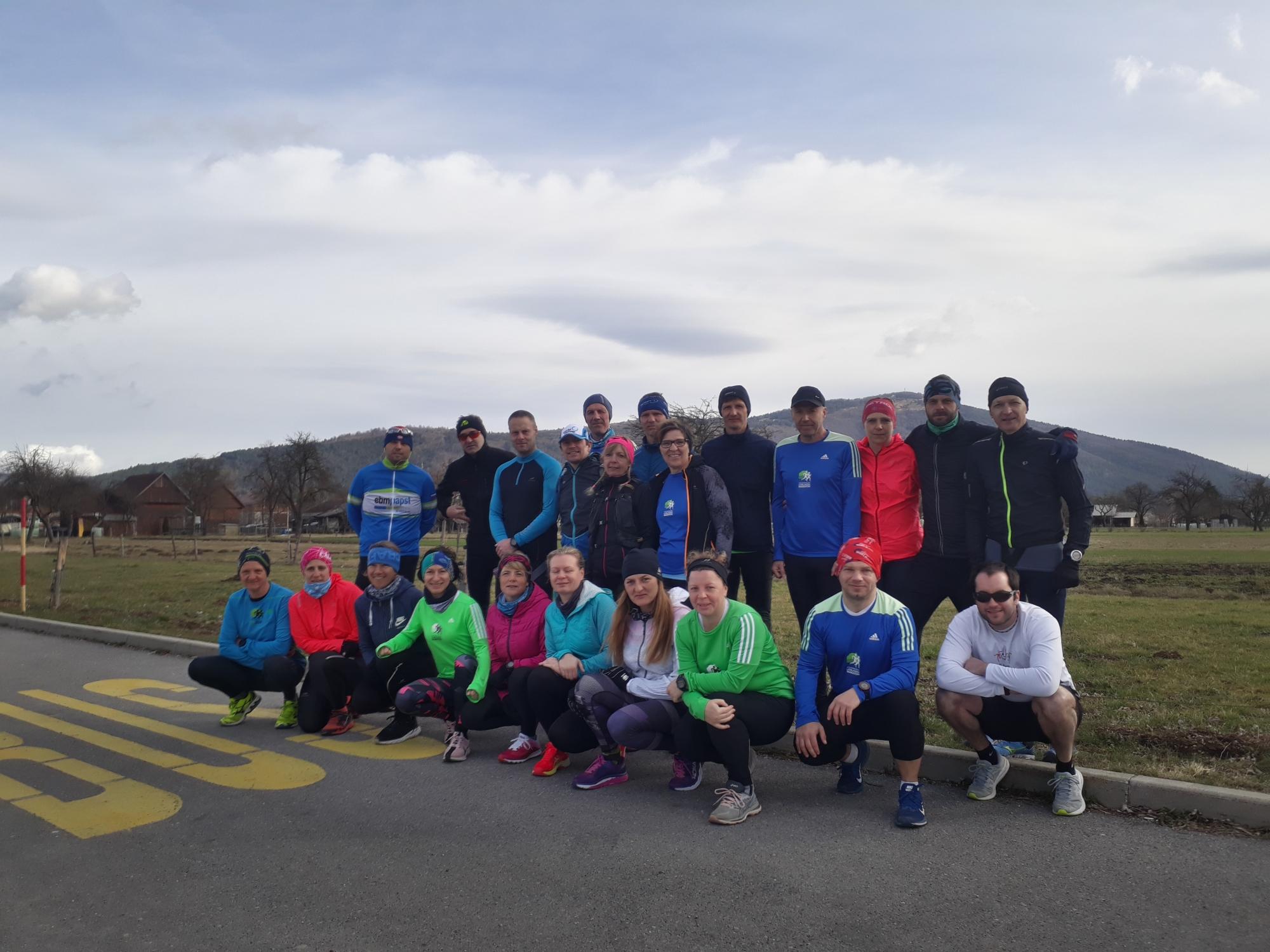 Udeleženci prvega uradnega treninga po trasi polmaratona Okul' jezera