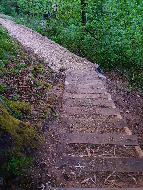 Popravljene in utrjene stopnice na poti. Foto Eva Kobe