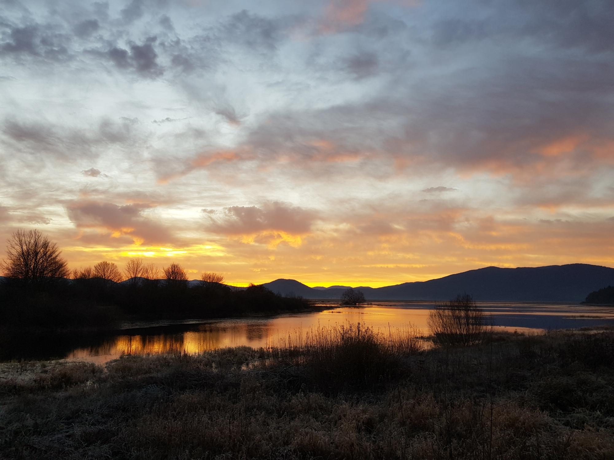 Sončni vzhod nad Cerkniškim jezerom. Foto Eva Kobe