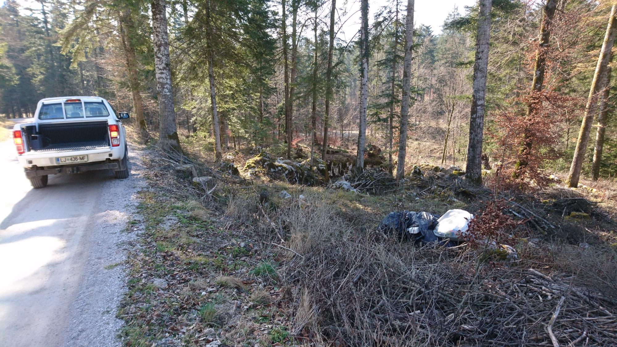Tehnični sodelavec Notranjskega parka je preveril vrsto odvrženih odpadkov v Rakovem Škocjanu