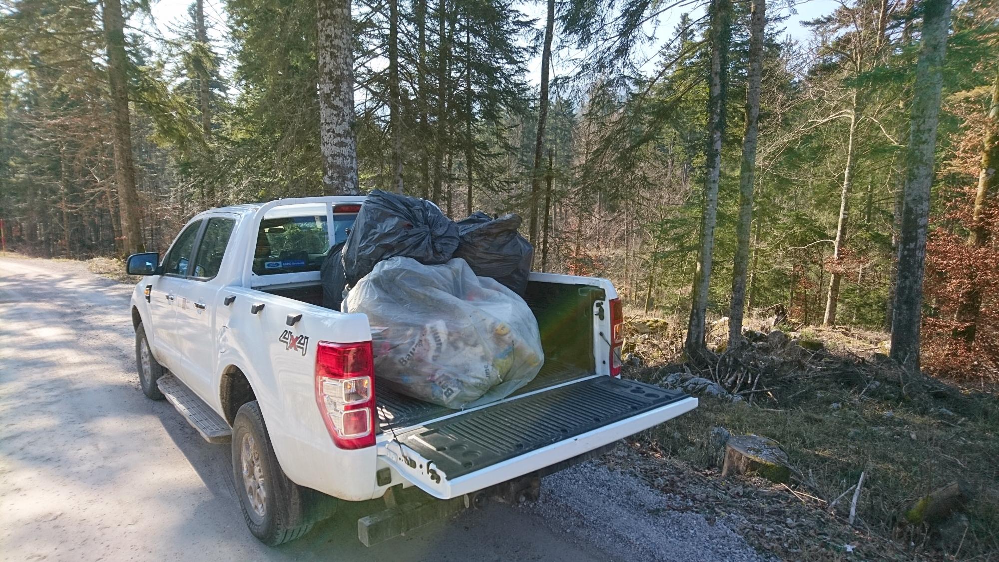 Odpadki malomarneža so bili odpeljani v zbirni center Cerknica