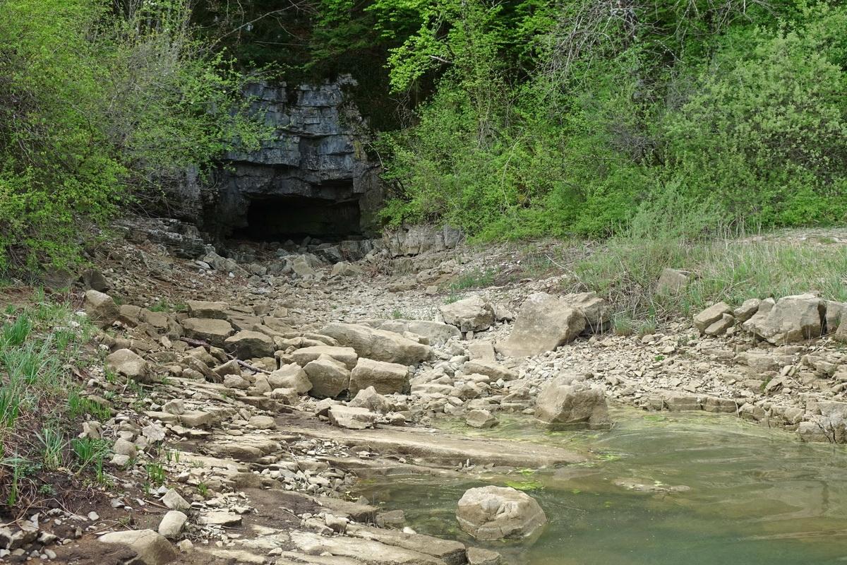 Skrivnostna jama Suhadolica, ki polni Cerkniško jezero, kadar iz nje bruha voda