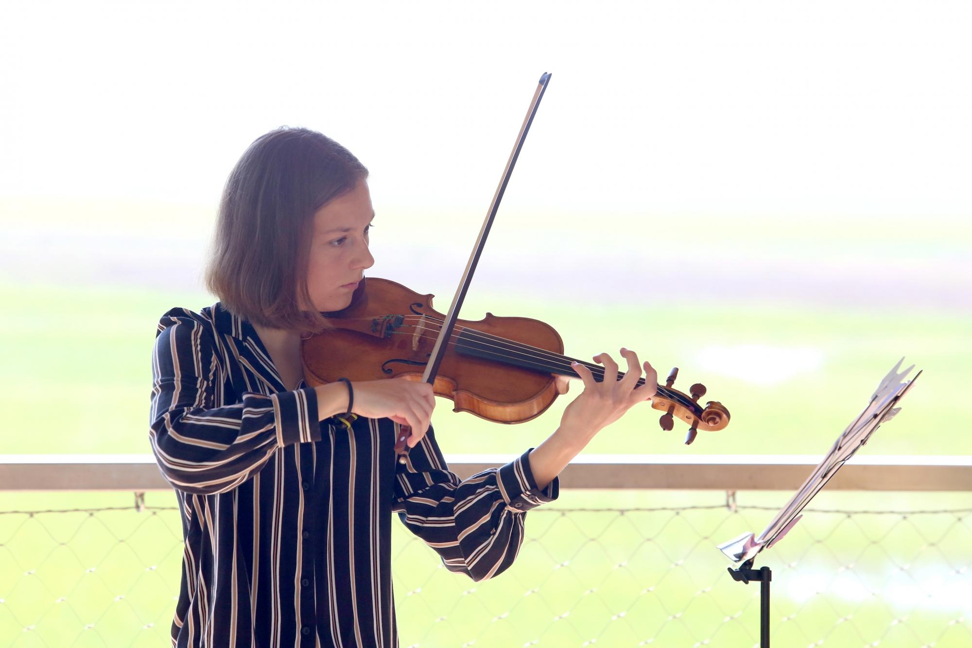 Neža Gorup z violino