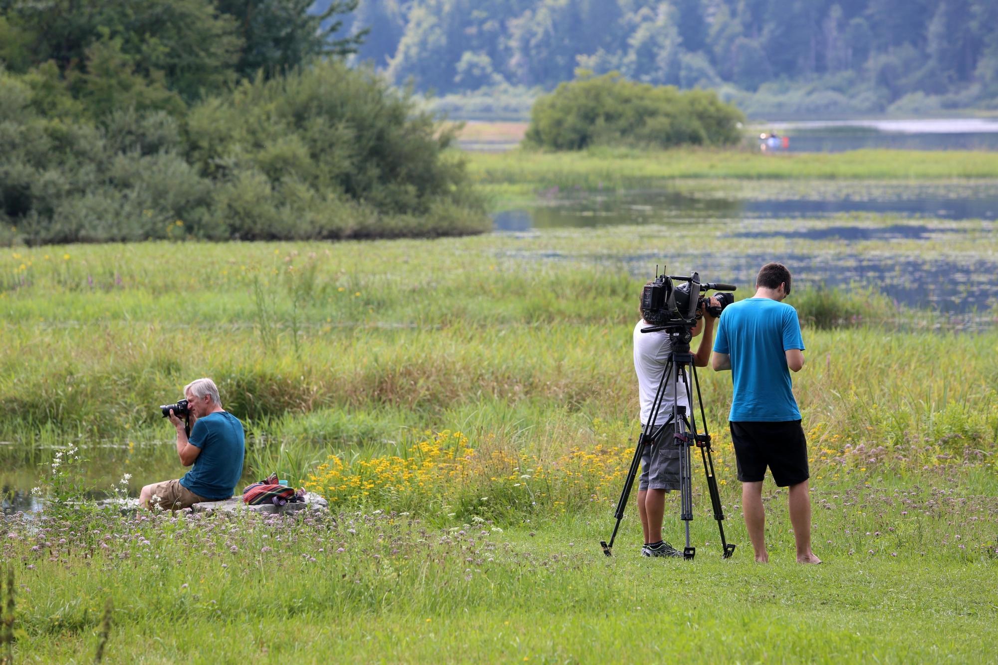 Ekipa oddaje Na lepše med snemanjem na Cerkniškem jezeru