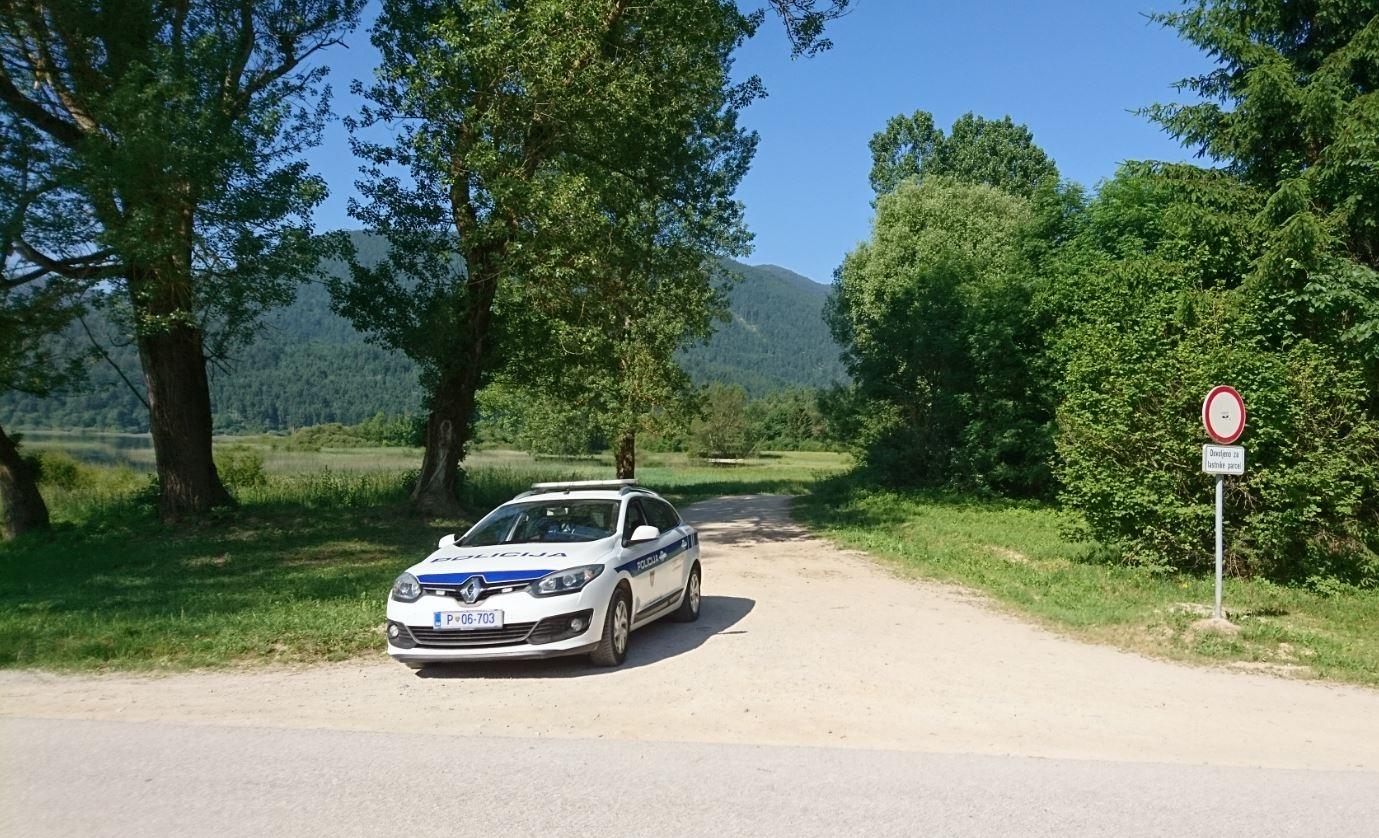 Policisti so bdeli nad tistimi, ki so se želeli z avtom pvoziti po naravnem okolju