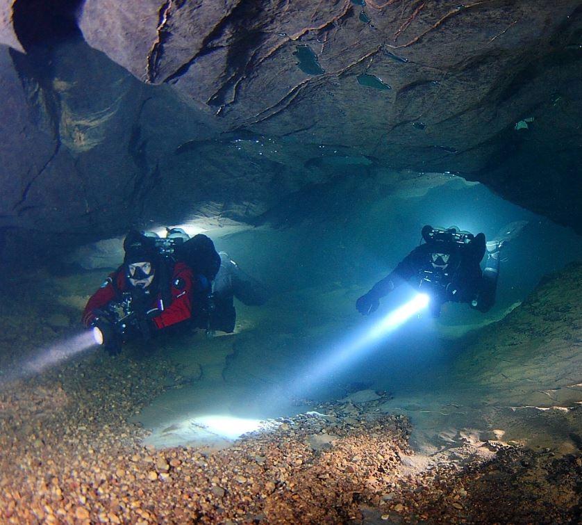 Kocka: fotografije in informacije o jamskih raziskovalcih