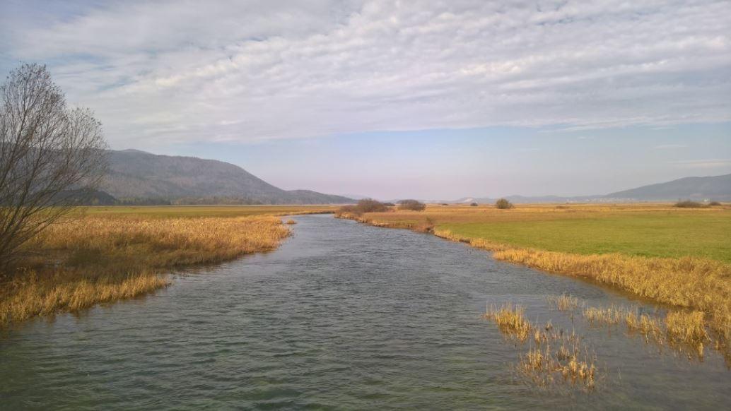 Pogled na Stržen, glavni vodotok Cerkniškega jezera.